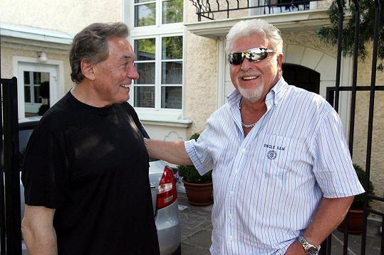 Milan Drobný s Karlem Gottem na archivním snímku