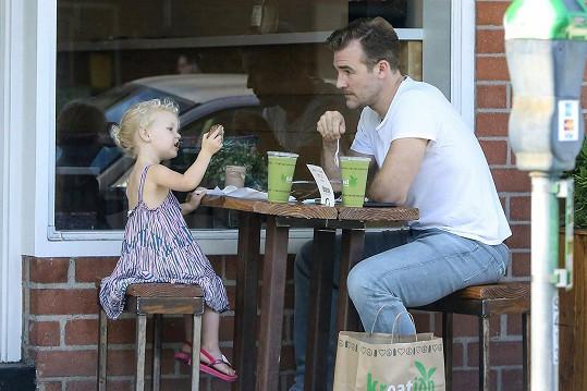S rozkošnou dcerkou vyrazil na snídani.