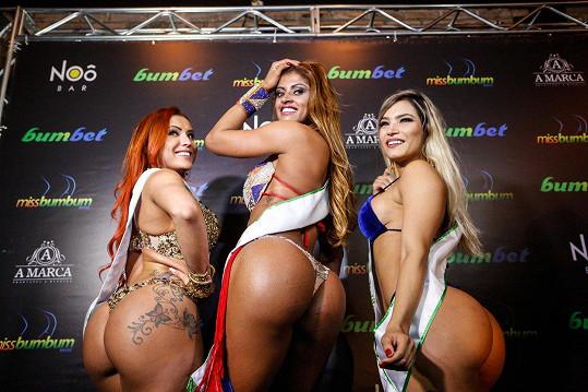 Rosie Oliveira (uprostřed) se stala Miss Bumbum Brasil 2017. Druhá skončila Jane Ferreira (vlevo) a třetí Raissa Barbosa (vpravo).