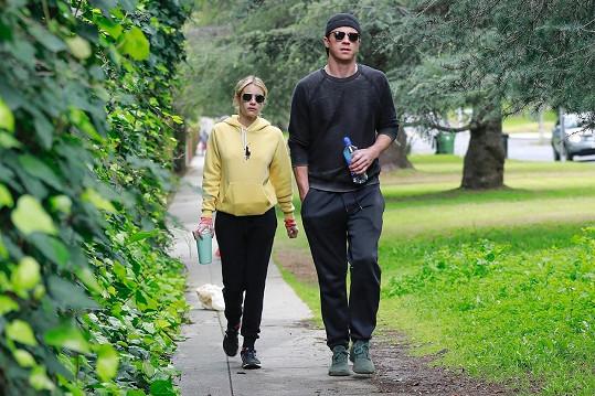 Herečka oznámila, že s partnerem Garrettem Hedlundem čekají kluka.
