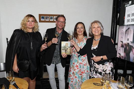 Zleva kmotři knihy Jitka Čvančarová, moderátor Aleš Cibulka, spoluautorka Lucie Šilhová a Kateřina Cajthamlová.