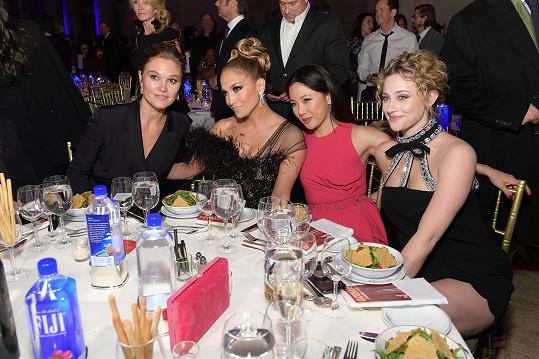S kolegyněmi z filmu Zlatokopky, zleva: Julia Stiles, Jennifer Lopez, Constance Wu a Lili