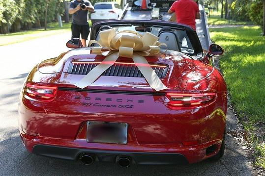 Jennifer Lopez dostala k padesátinám krásné autíčko.