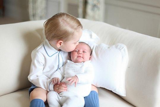 Podobný snímek Kate vyfotila již po narození princezny. Charlotte na fotce se starším Georgem