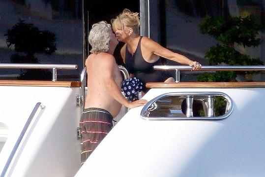 Nechybí samozřejmě ani její partner Kurt Russell, který jí stále projevuje svou lásku.