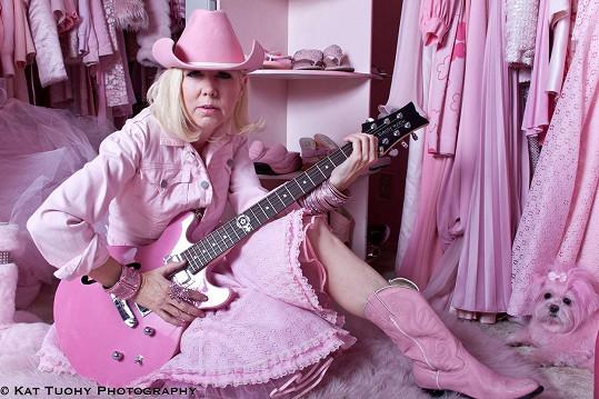 Dámy a pánové, vítejte u nejrůžovější ženy světa Kitten Kay Sery (52) z Hollywoodu v Kalifornii.
