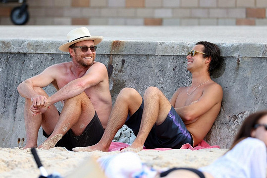 Se synem si popovídali na pláži a opalovali mužná těla.