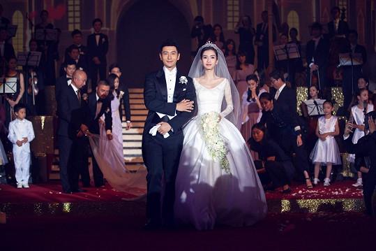 Angelababy a Huang Xiaoming se vzali už před pěti měsíci, ale teď sehráli show pro čínský lid.