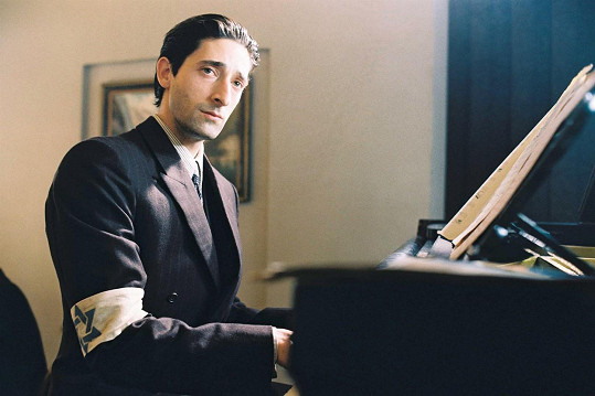 Adrien Brody ve své nejslavnější roli Władysława Szpilmana v Pianistovi