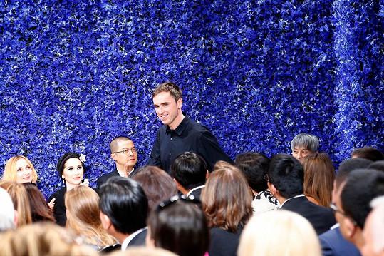 Celovečerní dokument přináší exkluzivní pohled do zákulisí první haute couture kolekce z dílny nového uměleckého ředitele Rafa Simonse.