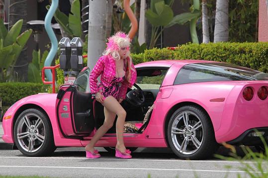 Americká hudebnice a herečka musí prodat své milované auto...
