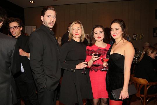 Vanda Hybnerová s partnerem a dcerami