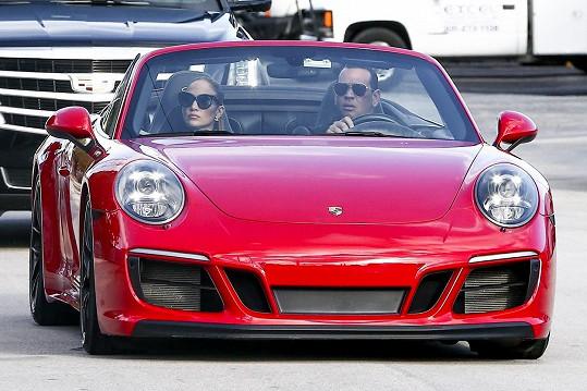 Červené Porsche věnoval Jennifer k 50. narozeninám.