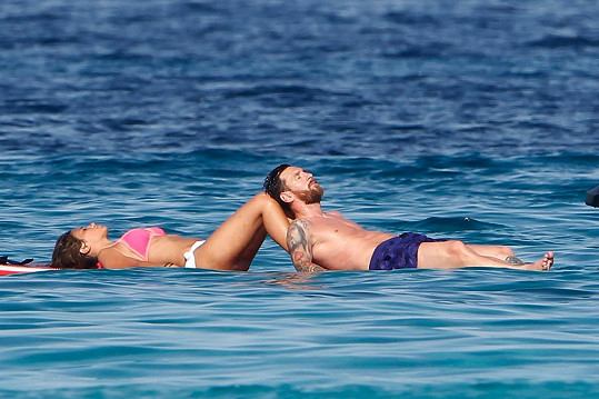 Lionel Messi si užívá s partnerkou Antonellou Roccuzzo, s níž má dva syny.