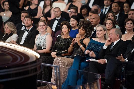 Diváci usazení za herečkou toho asi moc neviděli...
