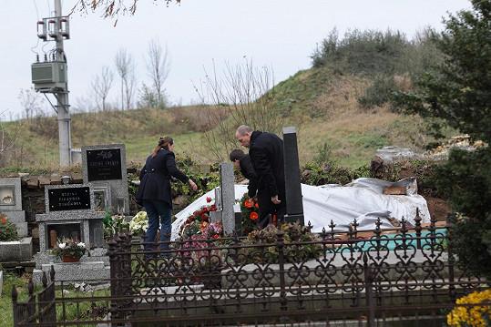 Takhle vypadalo místo Hapkova posledního spočinutí v prosinci roku 2014. Dnes je kolem nová zástavba a rekonstrukcí prošla i hřbitovní zeď.