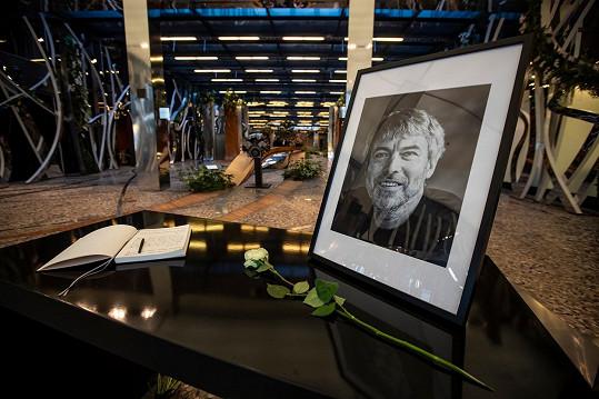 Při nehodě vrtulníku na Aljašce zemřelo pět lidí včetně českého podnikatele Petra Kellnera.