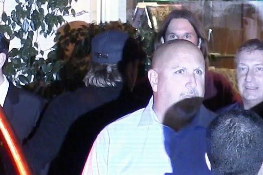 Brad Pitt (zezadu v čepici) prý nenápadně vklouzl na večírek své bývalé manželky.
