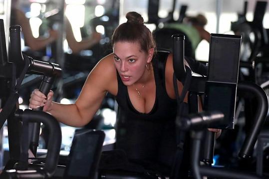 Ashley Graham cvičí v posilovně.