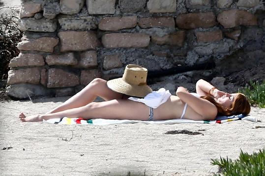 Lana Del Rey pouze sejde pár schodů u svého domu a už je na pláži...