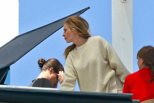 Když focení skončilo, hodila si akorát vlasy do volného culíku přes rameno, na sebe vzala dlouhý svetr a odjela.