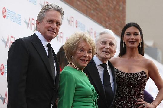 Michael Douglas s manželkou, maminkou Dianou Dill a otcem Kirkem Douglasem na fotografii z roku 2009