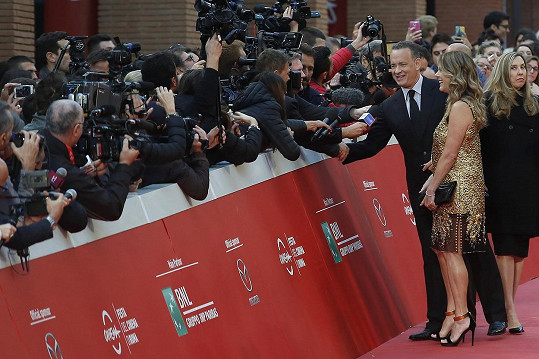 Herecký pár se vřele vítal i s novináři.
