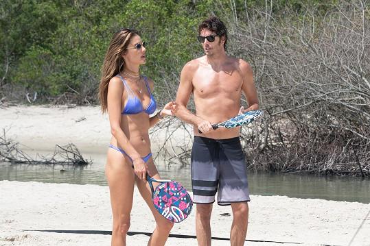 Alessandra se na pláži věnovala sportům s přítelem Nicolou Oddim.
