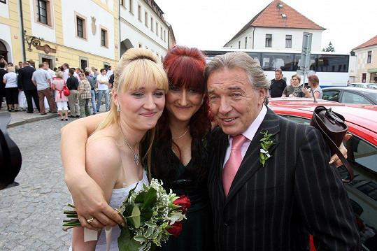 Karel Gott s Ivetou Kolářovou (uprostřed) s níž má dceru Lucii (vlevo).
