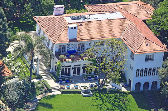 Tohle luxusní sídlo v Los Angeles letos Angelina pořídila za 25 miliónů dolarů. Stojí na dostřel od domu jejího manžela, herce Brada Pitta.