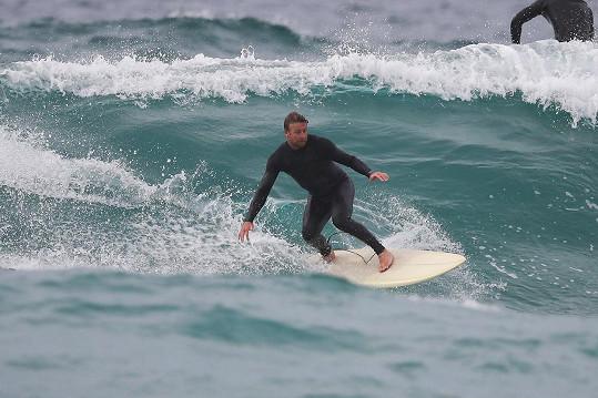 Simon Baker miluje surfování.