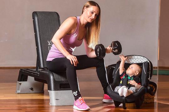 Do posilovny po porodu chodila i se synem.