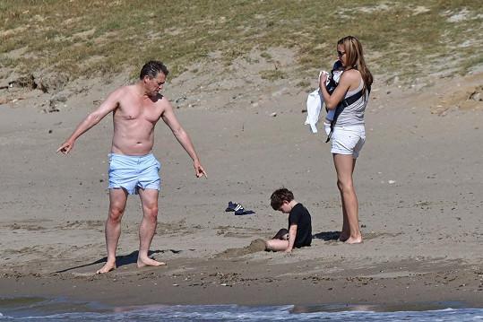 Grant vzal na dovolenou přítelkyni a jejich dva potomky.