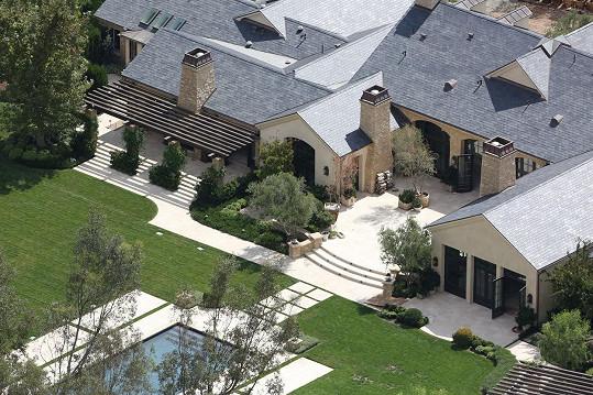 Pohled z ptačí perspektivy na nemovitost v Hidden Hills