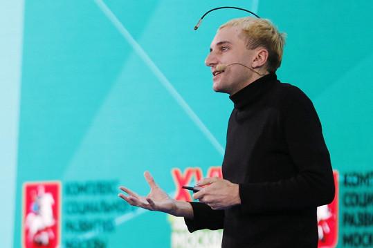 Neil Harbisson je prvním vládně uznaným kyborgem, v hlavě má anténu.