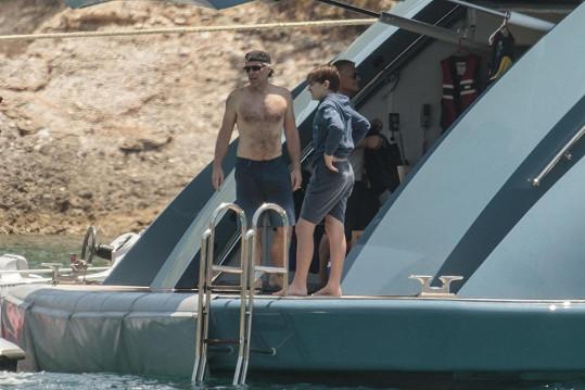 Příprava před vstupem do vln. Otec kapitán půjde příkladem...