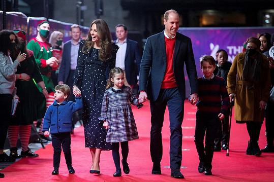 Kate a William se se svými ratolestmi nejspíš nenudí.