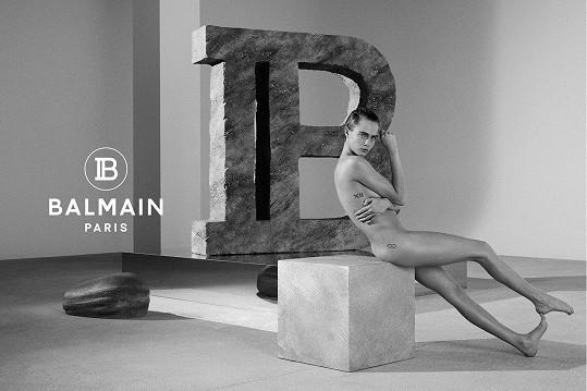 """""""Miluju ji a nechci na ní vidět žádné oblečení. Její pohled je silný a magnetizující, sám o sobě je to kus oděvu,"""" říká kreativní ředitel značky Balmain a model v jednom Rousteing."""