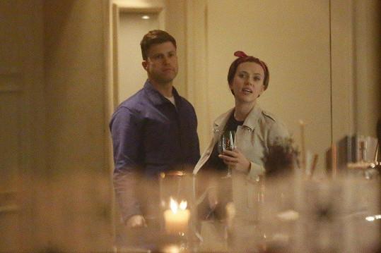 Scarlett Johansson doprovodil v Praze přítel Colin Jost.