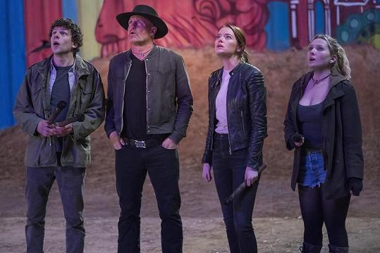 Emma (druhá zprava) ve filmu Zombieland: Rána jistoty