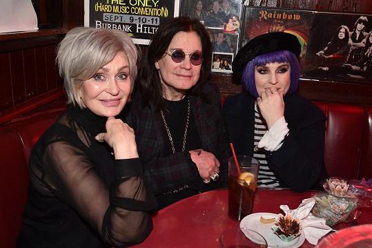 Se Sharon (vlevo) a jejich dcerou Kelly.