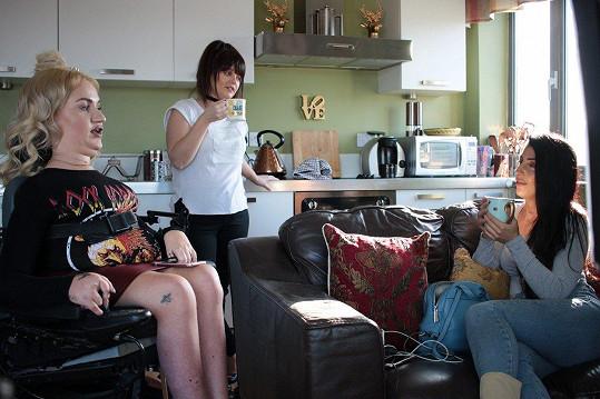 Tess (vlevo) je uznávanou módní blogerkou a na její názor dá mnoho lidí.