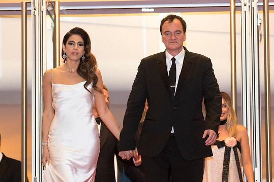 Režisér se na premiéře pochlubil manželkou.