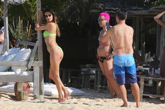 Tady mu nastavila na fotku i svůj sexy zadeček.