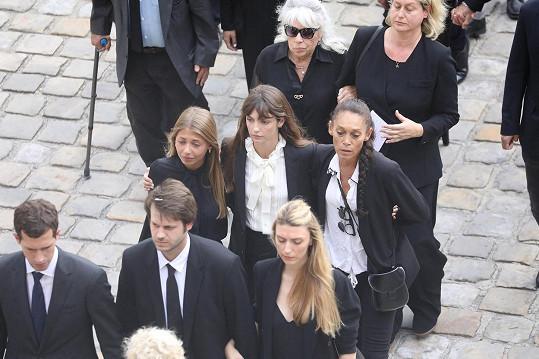 Na honosném rozloučení v pařížské Invalidovně neudržela slzy. Oporou jí byla neteř a synovci, kteří jsou jí věkově blíže než sourozenci.