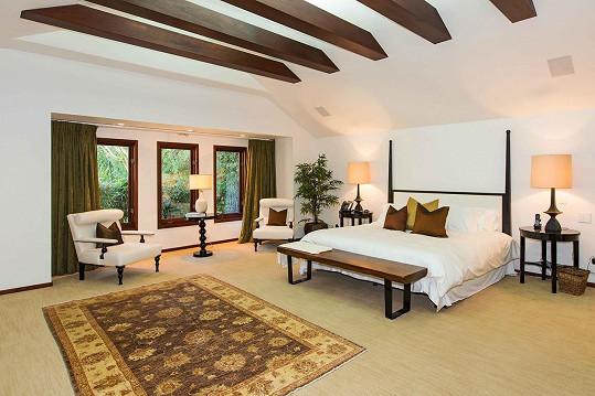 Jedna z pěti ložnic