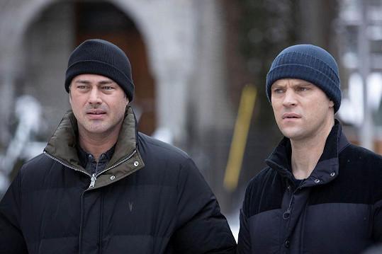 Taylor Kinney a Jesse Spencer v seriálu Chicago Fire (2021)