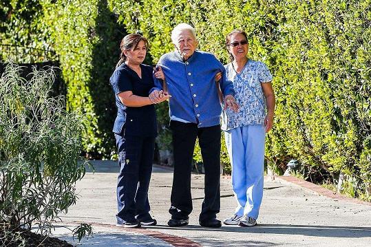 Kirk Douglas s pečovatelkami.