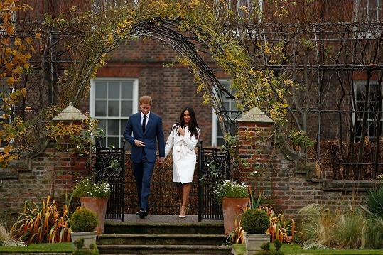 Setkání s tiskem proběhlo v zahradě Kensingtonského paláce, kterou milovala Harryho matka Diana.