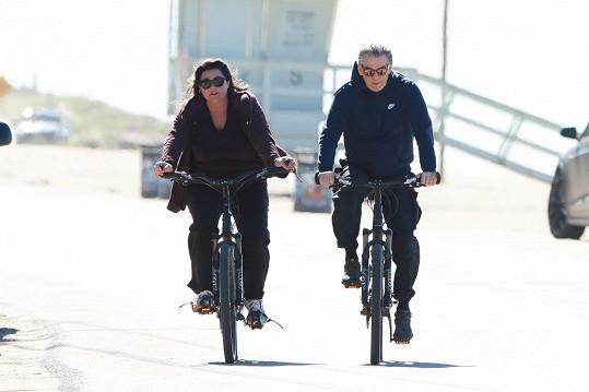 Pierce Brosnan s manželkou si vyjeli na kole.